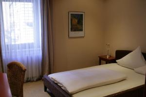 A bed or beds in a room at Bergedick Hotel