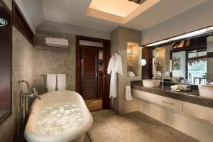 A bathroom at Hilton Moorea Lagoon Resort & Spa