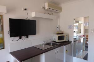 A kitchen or kitchenette at Windmill Motel