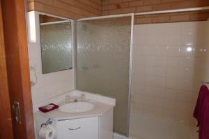 A bathroom at Windmill Motel