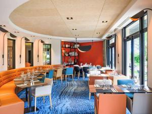 A restaurant or other place to eat at Novotel Beaune