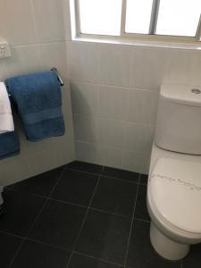 A bathroom at Fairway Motor Inn