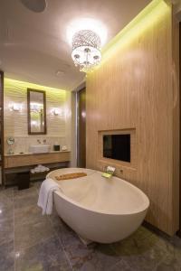 A bathroom at Dusit Thani Guam Resort