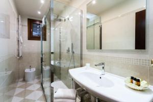 A bathroom at Hotel Al Ponte Mocenigo