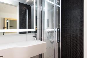 A bathroom at Thon Hotel Rosenkrantz Oslo