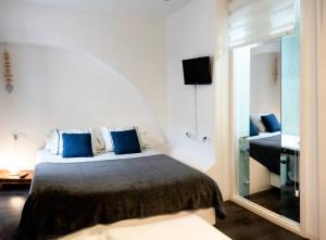 سرير أو أسرّة في غرفة في Es Llaüt - Apartamentos TI