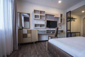 A television and/or entertainment centre at Wifi Boutique Hotel