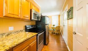 A kitchen or kitchenette at Rose Lane Villas