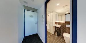 ibis budget Sydney Airport tesisinde bir banyo