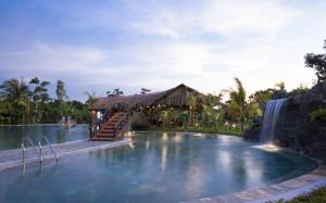 The swimming pool at or close to Can Tho Ecolodge