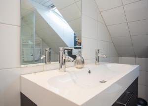A bathroom at Appartement Brink Fichtenweg 41