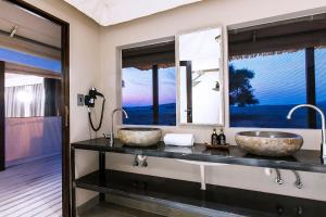 A bathroom at Dead Valley Lodge