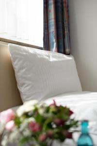 A bed or beds in a room at Hotel Feldmann