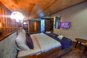 سرير أو أسرّة في غرفة في VADİ UZUNGÖL