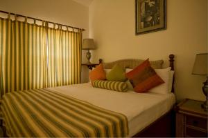 A bed or beds in a room at Royal Palms