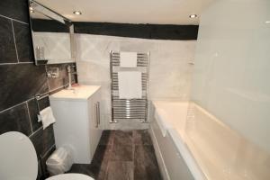 A bathroom at Chequers Inn