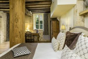 A bed or beds in a room at Domaine De Villeray