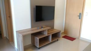 A television and/or entertainment centre at Park Veredas Flat 223