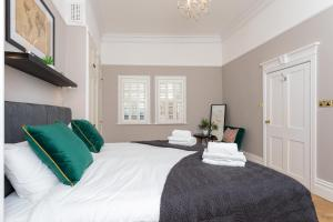 A bed or beds in a room at Chertsey house- Contractors & family - Free parking