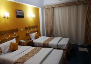 سرير أو أسرّة في غرفة في فندق مرحبا بالاس