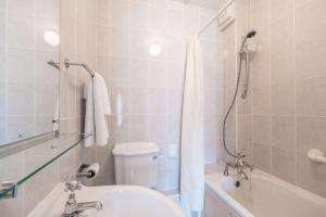 A bathroom at Comfort Hotel Great Yarmouth