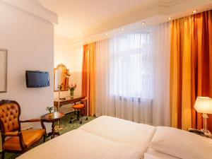 A bed or beds in a room at Hotel Palmenhof