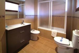 A bathroom at Apartahotel La Corrala