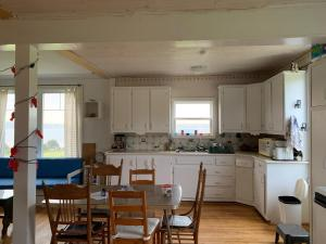 A kitchen or kitchenette at Hood's Island Hideout