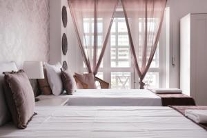 A bed or beds in a room at 4U Lisbon Suites & Guesthouse VII Airport