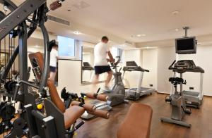 The fitness centre and/or fitness facilities at Flemings Hotel Frankfurt Main-Riverside