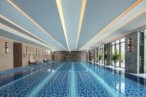 The swimming pool at or near Wanda Vista Guangzhou Hotel