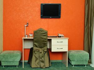 Телевизор и/или развлекательный центр в Отель Александр Хаус