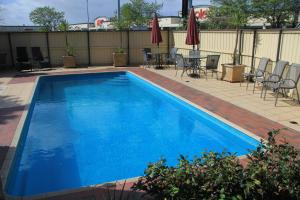 The swimming pool at or near Parkside Motel Geelong