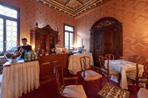 Ein Restaurant oder anderes Speiselokal in der Unterkunft Palazzetto Pisani Grand Canal