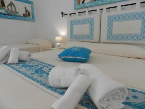 A bed or beds in a room at Hotel Canne al Vento