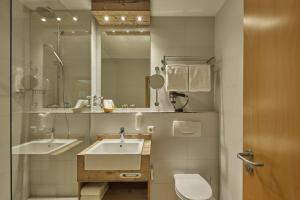 A bathroom at Hyperion Hotel Garmisch – Partenkirchen