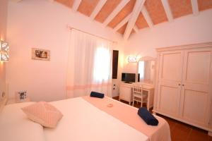 A bed or beds in a room at Hotel Galanias