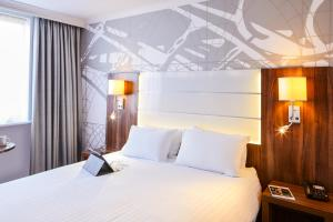 A bed or beds in a room at Mercure Telford Centre Hotel