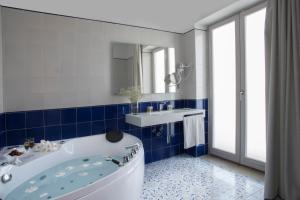A bathroom at Lloyd's Baia Hotel