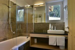 A bathroom at Alpine Hotel Gran Foda'