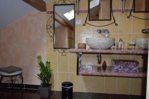 A bathroom at Le Nid de l'Ecureuil