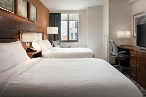 A bed or beds in a room at Hilton Garden Inn Long Island City