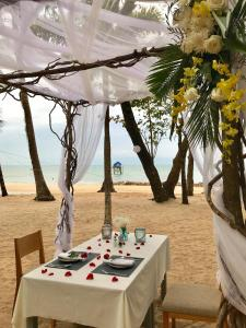 A restaurant or other place to eat at Peppercorn Beach Resort