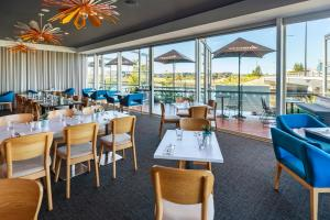A restaurant or other place to eat at Mercure Sunshine Coast Kawana Waters