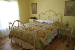 A bed or beds in a room at Newer Ranch with Pool and Hot Tub near the Strip and Freemont street.