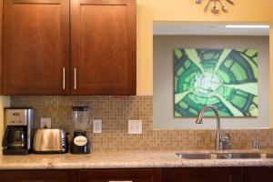 A kitchen or kitchenette at Newer Ranch with Pool and Hot Tub near the Strip and Freemont street.