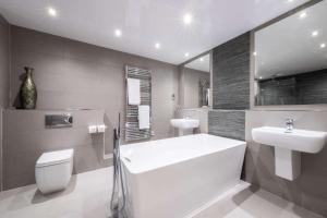A bathroom at Clarion Hotel Newcastle South