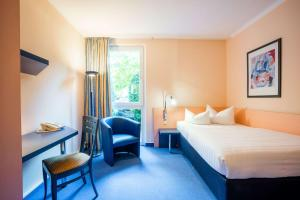 A bed or beds in a room at Quality Hotel am Tierpark