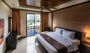 A bed or beds in a room at Sabah Beach Villas & Suites