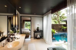 Вид на бассейн в Anantara Mai Khao Phuket Villas - SHA Certified или окрестностях